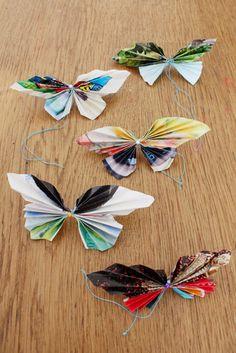 Wenn der Sommer kommt, ist Schmetterlingszeit. Da sich diese schönen Tierchen leider nur selten in unsere Wohnungen verirren, zeige ich euch heute diese Bastelidee mit Papier. Wir basteln uns nämlich einfach einen bunten Schwarm aus Papier. Das geht einfach, schnell und kostet so gut wie gar nichts.Für diese Bastelidee mit Papier benötigst du:Papier (ich habe Seiten aus Katalogen/Zeitschriften benutzt)SchereStecknadelnFaden oder dünner DrahtUnd so geht's:Verwende bunte Anzeigen oder...
