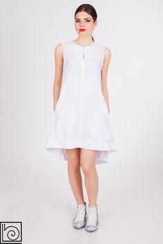 Белое летнее платье, стильное и нежаркое. Спинка длинее переда, широкое, расклешенное, без рукавов