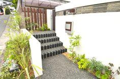 既存のアプローチを大幅に変え、玄関に向かってゆったりと歩けるような園路を作りました。
