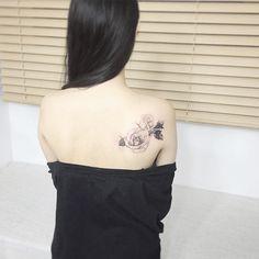 #tattoo#tattoos#tattooing#tattoowork#flowertattoo#rosetattoo#tattooart#coveruptattoo#blackwork#linetattoo#타투#여자타투#꽃타투#장미타투#라인타투#커버업#타투이스트꽃#tattooistflower  cover up  rose tattoo  나뭇잎으로 기존 타투를 커버업 하였습니다