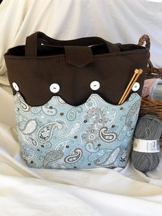 - inspire - What about a solid tote bag with buttons and a reversible bottom or even interchangeable ones for a completely different look without changing your purse? Patchwork Bags, Quilted Bag, Bingo Bag, Fabric Bags, Sew Bags, Craft Bags, Sewing Accessories, Knitted Bags, Tote Purse