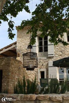Sous le platane, détail de la façade, à Bagnols-sur-Cèze