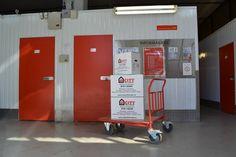 Bildet er tatt i 1. etasje, ved inngangsdøren. Til høyre for porten står det traller som du kan bruke. Heisen står ved enden av gangen.
