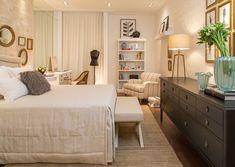 O quarto de 20 m², concebido por Silvana Andrade, foi inspirado no perfil da estilista Amanda Guerra.  A cor branca e o tom off-white são predominantes ao lado do preto e do dourado