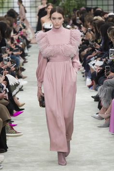 The complete Valentino Fall 2018 Ready-to-Wear fashion show now on Vogue Runway. The complete Valentino Fall 2018 Ready-to-Wear fashion show Couture Mode, Style Couture, Couture Fashion, Runway Fashion, Fashion Week Paris, Winter 2018 Fashion, Fall Fashion, Valentino, Vogue