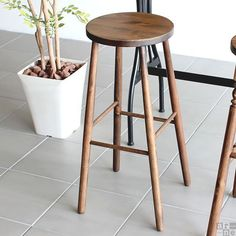 おしゃれな木製のハイスツール、カウンターチェアです。アンティーク加工が落ち着いた雰囲気にぴったり。バーカウンターやカフェスタイルにもぴったりです。arc II ハイスツール ストレート脚サイズ:幅330 奥行き330 高さ700 mm座面:幅300 奥行き300 mm材質:オーク材(ウレタン樹脂塗装) カラー:ブラウン本体重量:1kg耐荷重:約90kgブランド:arne(アーネ)完成品納期の目安:弊社5〜7営業日で出荷(商品到着までの日数は、地域により異なります)【送料無料】※沖縄・離島は別途お見積もり※ご注意ください※こちらの商品は、アンティーク加工を施してあります。わざと、へこみキズ・擦れキズ・色むらなどを出して仕上げてありますのでご了承の上ご注文下さいませ。※当商品は一般家庭用向けの商品のため、業務用での使用はご遠慮願います。ハイスツール/カウンターチェアー/スツール/椅子/アンティーク/北欧/カフェ/ヴィンテージ/ビンテージ/シャビーシック/レトロ/クラシック/イギリス/ヨーロッパ/フランス/プロヴァンス0000a02766/0000a04936