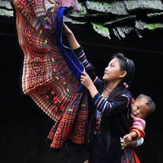 Hmong mother and child Hmong People, Laos, World Cultures, Vietnam Travel, People Around The World, Mother And Child, Terra, Tibet, Baby Wearing