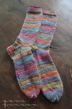Seuraavat sukat syntyivät Nallen Taika-langasta ja Strömpegarnin raidasta, kumpaakin vuorotellen yksi kerros. Malli on taas omasta pääs...