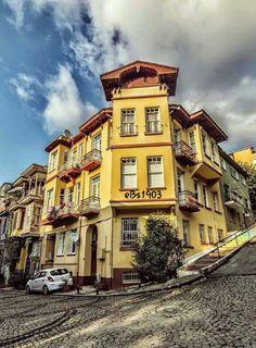Tarihi Anadolu Evleri Kuzguncuk Üsküdar İSTANBUL34 #eBs1903 #anadolu #ahşapevler #konak #kızkulesi #istanbul #taşevler City Model, Fantasy Landscape, Istanbul Turkey, Beautiful Places, Places To Visit, Mansions, Architecture, House Styles, World