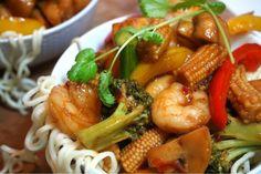 Scampi wok Scampi, Fika, Asian Recipes, Broccoli, Sushi, Shrimp, Victoria, Meat, Cooking