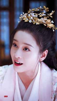 Geisha Japan, Girl Film, Traditional Gowns, Chinese Movies, Scarlet Heart, Historical Costume, Hanfu, Curly Hair Styles, Lily