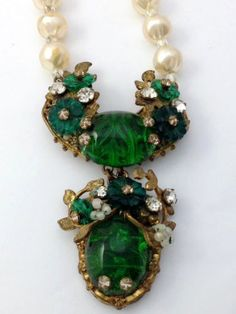VINTAGE-MIRIAM-HASKELL-EMERALD-GREEN-CABOCHON-FAUX-PEARL-NECKLACE