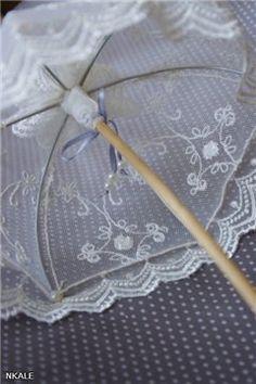 Master class from Nkale: Lace umbrella. Talk to LiveInternet - Russian Service Online Diaries Lace Umbrella, Lace Parasol, Doll Crafts, Diy Doll, Accessoires Mini, Dollhouse Tutorials, Miniature Tutorials, Barbie Accessories, Mini Things