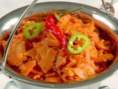 Hortobágyi slambuc bográcsban Hozzávalók (4 főre) só 2 fej vöröshagyma csípős egészben paprika 20 dkg füstölt szalonna 20 dkg mangalica sertés - vagy ami van :) zsír 3 kg kockára vágott krumpli 8 dkg pirospaprika 3 kg lebbencstészta Thai Red Curry, Grilling, Bbq, Food And Drink, Cooking Recipes, Dinner, Ethnic Recipes, Foods, Drinks