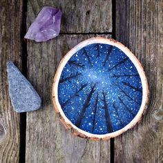 Wood Slice DIY Ideas - Brigitte Löffler - Wood Slice DIY Ideas Creative artist used colors here and painted picture of night, sky full of stars and crowns of trees. Christmas Wood, Christmas Crafts, Beach Christmas, Tree Trunk Slices, Galaxy Painting, Galaxy Art, Wood Slice Crafts, Decoration Photo, Wooden Slices