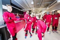 Ryhmä ensikertalaisia vaihtamassa varusteita ennen lentoa Sirius Sportin tuulitunnelissa. Group of first-timers getting their equipmepment ready before their flight at Sirius Sport wind tunnel.