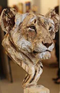 Lioness (wooden sculpture) by Jürgen Lingl-Rebetez He demonstrates his lines by the wood he cut to show the image of a lions face. You can see all the little details with his cuts along the wood. Wood Sculpture by Chainsaw Artist Jurgen Lingl Rebetez Woo Art Sculpture En Bois, Human Sculpture, Sculpture Ideas, Wood Carving Art, Wood Carvings, Chainsaw Carvings, Driftwood Art, Driftwood Sculpture, Wooden Art