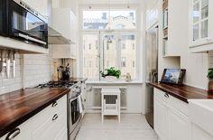 дизайн кухни белый + темное дерево