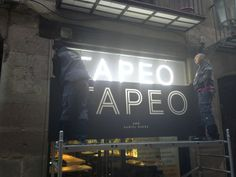 ILUMINADO EL NUEVO LETRERO DEL TAPEO #tapas #food #Barcelona #Bornbarcelona #tapasbarcelona #TapeoBorn #Tapeoanemdetapes #restaurantebarcelona www.tapeoborn.cat