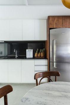 Cozinha branca com detalhes em preto, madeira e mármore!
