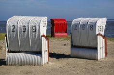 Rode en witte strandstoelen op de Duitse Wadden