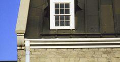 Como calcular vigas de telhado de madeira. As vigas são partes integrantes de um sistema de telhado de uma casa. Elas ligam as paredes e trabalham em conjunto com caibros angulares para sustentar o peso do teto. Três tipos de cargas ou pesos afetam-nas: carga viva, morta e de vento. A primeira é o próprio peso do material utilizado na estrutura, traves, ornamentos e cobertura. A segunda é ...