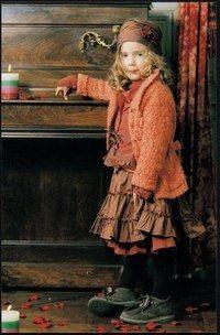 Ensemble 3 Pommes - Les tendances Mode Enfants de la Rentrée 2006  - S'habiller bobo-chic, c'est cela aussi : choisir des couleurs chaudes venues d'ailleurs pour réchauffer l'hiver. 3 Pommes La petite fille porte un chemisier en toile changeante: 28...