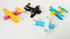 Pour fabriquer des avions avec des pinces à linge très facilement, il suffit de suivre le tutoriel de Momes ! C'est assez bluffant comme avec trois fois rien, on peut créer de jolis petits avions, en l'occurrence des Biplans, avec lesquels les enfants pourront vraiment jouer. Paré au décollage ? Puppet Crafts, Popsicle Sticks, Edd, Usb Flash Drive, Homemade, Activities, Logan, Adolescents, Transport