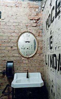 Tijolos à vista fazem bonito também no banheiro. A hamburgueria Butcher's Market…