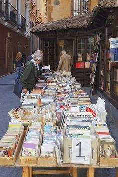 El callejón de San Ginés, libros y churros con chocolate. Madrid