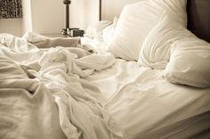 Huisstofmijten leven en bestaan in ons bed. Dat is de reden waarom je je bed niet als eerste op zou moeten maken in de ochtend. Als jij een van die mensen bent die direct hun bed opmaken als ze wak…