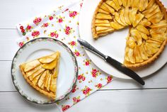 Jablečný koláč z křehkého těsta Pavlova, Pesto, Camembert Cheese, Cake Recipes, Ethnic Recipes, Food, Cakes, Fine Dining, Recipes For Cakes