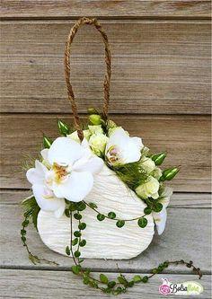 Orchidee banche per questa elegantissima borsetta