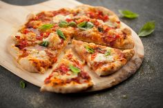 Pizza Margherita | Recettes | Signé M Pizza Buns, Pasta Al Dente, Sauce Tomate, Pizza Party, Calzone, Hawaiian Pizza, Vegetable Pizza, Dinner Recipes, Pains