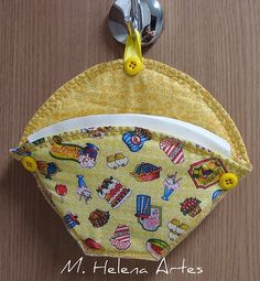 Porta coador de café   Flickr - Photo Sharing! Patchwork Kitchen, Quilted Potholders, Pot Holders, Coin Purse, Patches, Wallet, Sewing, Projects, Dish Towel Crafts