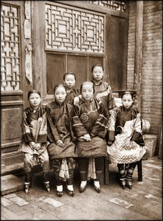 Chinese family group photo during the late Qing dynasty.