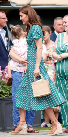 Catherine, Duchess of Cambridge visits the RHS Hampton Court Palace Garden Festival to view the RHS 'Back to Nature Garden' which she co-designed at Hampton Court Palace on July 2019 in London, England. (Photo by Max Mumby/Indigo/Getty Images) Pippa Middleton, Estilo Kate Middleton, Kate Middleton Outfits, Kate Middleton Wedding, Kate Middleton Style, Meghan Markle, William Kate, Prince William, Kate Dress