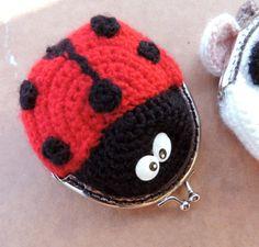 Porte-monnaie Coccinelle de L'atelier ça Diy sur DaWanda.com Crochet Wallet, Crochet Coin Purse, Crochet Purse Patterns, Crochet Earrings, Knit Or Crochet, Crochet Gifts, Cute Crochet, Beautiful Crochet, Crochet Mignon