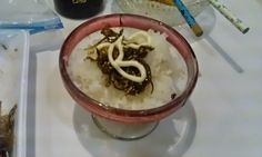 不味そう飯: 入れ物が無意味に可愛いコナゴの佃煮ご飯!可愛いというか、仏壇にあげるご飯のようにも見える。そのたたりか、このあと洗ったら割れた。祟りのご飯である。