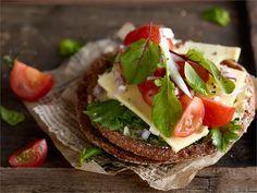 Raikas tomaattileipä - Tässä välipalaleivässä yhdistyvät tomaatti ja basilika http://www.valio.fi/reseptit/raikas-tomaattileipa/