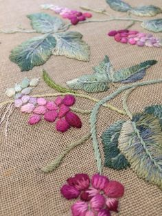 Awesome Most Popular Embroidery Patterns Ideas. Most Popular Embroidery Patterns Ideas. Cushion Embroidery, Embroidery Leaf, Embroidery Works, Flower Embroidery Designs, Japanese Embroidery, Embroidery Stitches, Embroidery Patterns, Machine Embroidery, Bordado Jacobean
