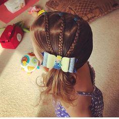 Hoje eu pensei que eu iria compartilhar um dos meus primeiros penteados que eu realmente amei o olhar e me fez querer continuar tentando experimentar novos estilos na minha garotinha #toddlerhairstyle #toddlerhairyles #easytoddlerhairyles #hairstyles #hairstylesforgirls #girlshairstles #hairstylesforlittlegirls #toddlerhairideas #cutehairstyles #insthairsles #curlyhairdontcare #curlyhair #plaits #plaitedhair #braids #bows #doublecrown