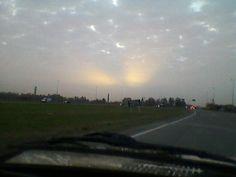 Las cenizas del sur sobre el cielo de Marcos Paz, el sol asomaba tenue en forma de dos alas...