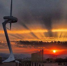Torre de Telecomunicaciones o #TorreCalatrava construida para #Barcelona92 http://www.viajarabarcelona.org/lugares-para-visitar-en-barcelona/estadio-olimpico/ #Barcelona #turismo