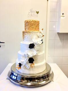 Kulta, valkoinen, musta Gold, white, black Www.cakeaus.com Snow Globes, Wedding Cakes, Desserts, Gold, Black, Decor, Wedding Gown Cakes, Tailgate Desserts, Deserts