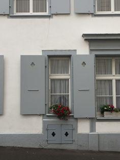 Gefunden in Basel: Fensterläden mit OMNIA-Kleeblatt :D