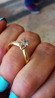 100450e41a13 Anillo de compromiso en oro amarillo de 14 kilates su piedra central es un  simulante de