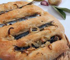Bola de Sardinha Algarve, Confort Food, Portugal, Portuguese Recipes, Spanakopita, Cheesesteak, Hot Dog Buns, Food And Drink, Ethnic Recipes