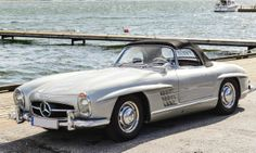 La Mercedes 300 SL de 1954, et ses portes papillon emblématiques, est considérée comme l'un des plus beaux modèles de l'histoire de l'autom...