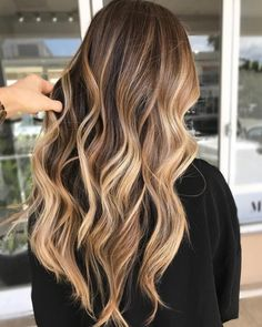 Make the perfect ombre look just by yourself. Mach deinen eigenen Ombre-Look mit… Make the perfect ombre look just by yourself. Mach deinen eigenen Ombre-Look mit diesen Tipps. Faire des cheveux d'ombre vous-même. Hair Color Balayage, Hair Highlights, Blonde Ombre, Balayage Brunette Long, Brown Hair With Blonde Balayage, Fall Balayage, Fall Blonde, Bayalage Light Brown Hair, Blonde Highlights On Dark Hair All Over